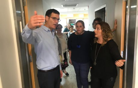 """מנכ""""ל משרד הבריאות משה בר סימן טוב בסיור בבית החולים קפלן עקב המצב הביטחוני"""